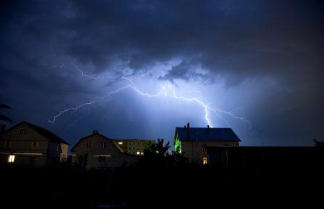 Blitz und Donner am Himmel. Blitzschutz für Elektorgeräte